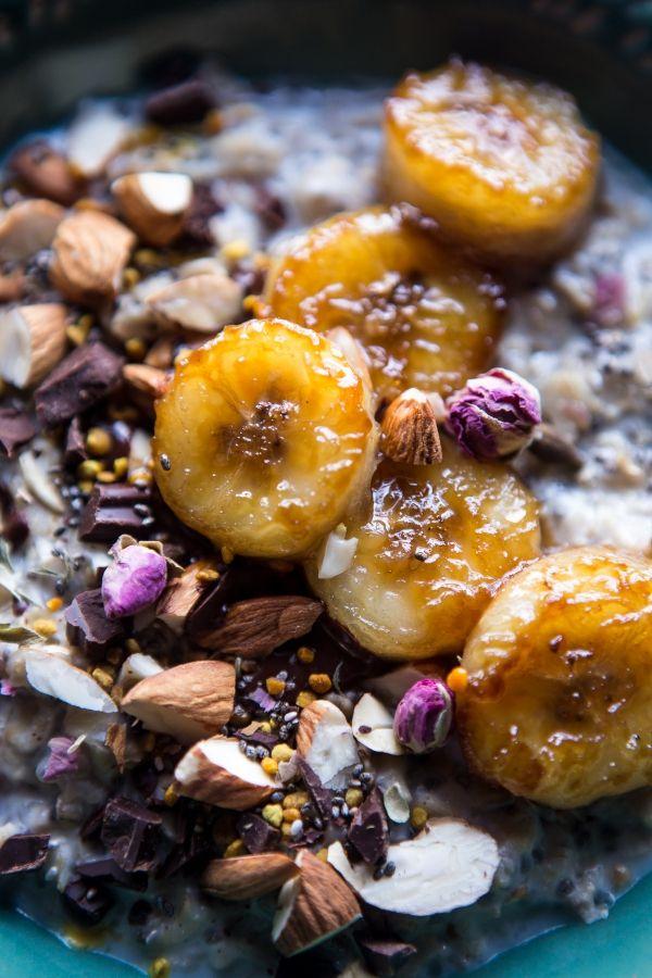 Die Schale mit Kokosnussflocken, Chia-Samen und gold-braun karamellisierten Bananen ist eine tolle Frühstücksidee. Besondere Cerealien zum Frühstück kannst online in unserem Shop kaufen: https://gegessenwirdimmer.de/produkt-kategorie/brot-cerealien-und-aufstriche/#cerealien
