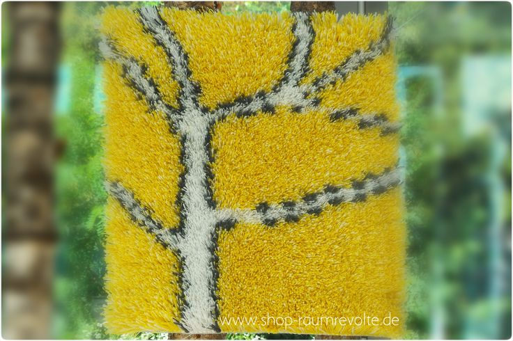 Zweige in der Herbstsonne. Fröhlich-gelber Rya.