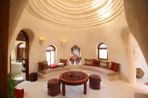 Interior de uma casa de superadobe.