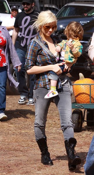 Christina Aguilera Photos - Christina Aguilera and her husband Jordan Bratman take their son Max Bratman to the Mr. Bones Pumpkin Patch to get some pumpkins for Halloween in West Hollywood, CA. - Christina Aguilera Taking Her Son To The Pumpkin Patch 3