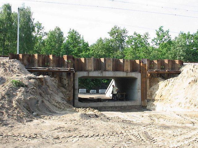 Ścianka z wibrowanych grodzic stalowych zabezpieczenie torowiska kotwioną ścianą oporową z grodzic stalowych na czas budowy przepustu skrzynkowego - Szlak E20 Miedzyrzec Podlaski - Łuków.