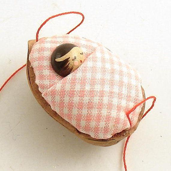 Baby in a Walnut Shell - bébé endormi dans une coquille de noix