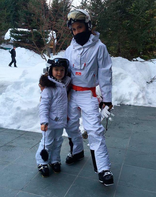 Виктория Бекхэм с дочкой Харпер на лыжном склоне в Whistler, Канада