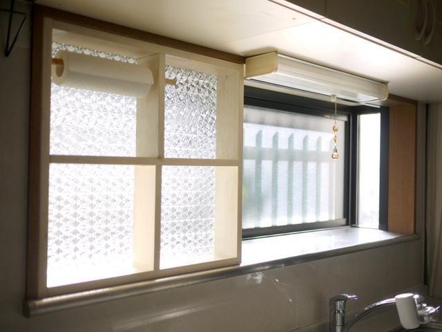 冬場のキッチンは、煮炊きをするとすぐに窓が結露しがち。 毎回、拭き取るのに、大変な思いをされている方もいらっしゃることと思います。 それなら、いっそのこと内窓を作り、結露のない快適なキッチンを目指してみませんか? 内窓を付ければ、結露対策になるだけでなく、寒さも防