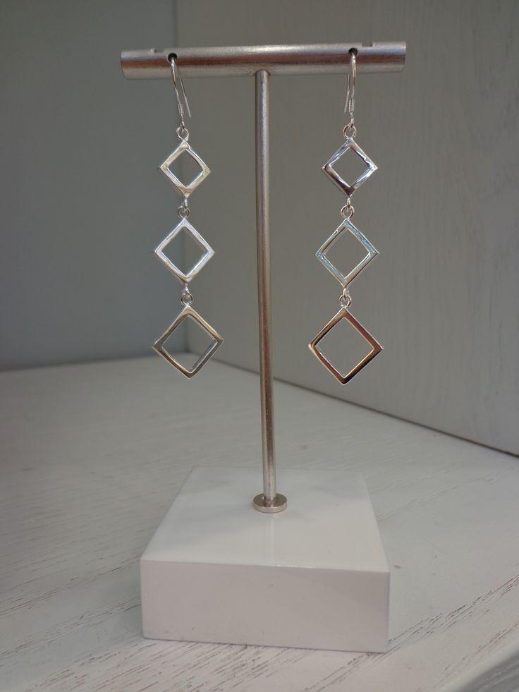 Espléndidos aros largos con 3 rombos, ideales para esa ocasión especial!!! #joyeria #jewelry #aros #rombos #bañodeplatasterling925
