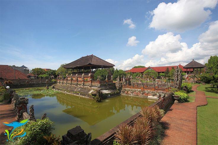 Kerta Gosa menawarkan dua daya tarik sekaligus, keindahan seni yang diaktualisasikan dalam bentuk arsitektur klasik Bali dan sejarah Bali termasuk pada jaman kerajaan-kerajaan masa lampau termasuk masa penjajahan dan perjuangan rakyat Bali melawannya. More info: http://fantasticbali.com/tempat-wisata/kerta-gosa.htm