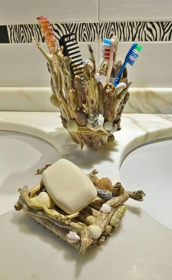 Porta spazzolini e saponette con legnetti trovati sulla spiaggia e conchiglie