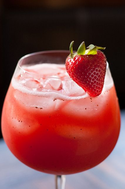 Strawberry Wine cooler: Coolers Food Drinks, Strawberry Wine, Homemade Wine, Strawberries Wine, Coolers Cocktails, Drinks Recipes, White Wine, Fresh Strawberries, Wine Coolers Recipes