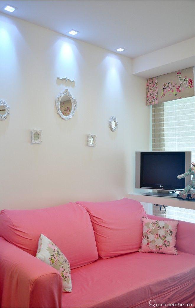sofá rosa parede branca televisão