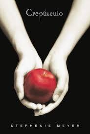 Cuando Isabella Swan se muda a Forks, una pequeña localidad del estado de Washington en la que nunca deja de llover, piensa que es lo más aburrido que le podía haber ocurrido en la vida. Pero su vida da un giro excitante y aterrador una vez que se encuentra con el misterioso y seductor Edward Cullen. Hasta ese momento, Edward se las ha arreglado para mantener en secreto su identidad vampírica, pero ahora nadie se encuentra a salvo, y sobre todo Isabella, la persona a quien más quiere…