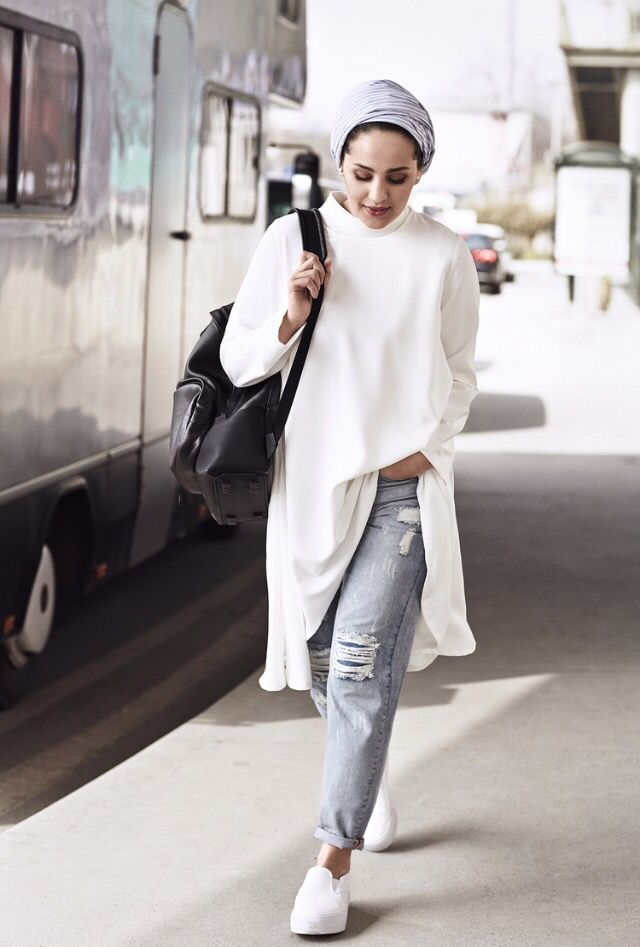 Ascia AKF | gray turban + long white chiffon shirt + ripped boyfriend jeans + oversized black bag + white slip-ons