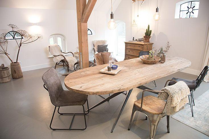 De Otoh van Hout is een 5 cm dikke ovale eettafel. Deze ovale tafel is van wel 100 jaar oud gerecycled Elmwood gemaakt. Het design Spider onderstel kan in verschillende kleuren worden gepoedercoat. De Otoh van Hout is te bestellen in de maten 100 cm breed en 220/250/300 cm lang. Wilt u een functionele eettafel met enorm veel karakter in uw woonkamer of keuken? Dan is de Otoh van Hout dé tafel voor u.