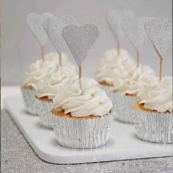 Die Cupcake Topper in Herzform sind eine schöne Deko auf dem Candybuffet oder für Hochzeitsmuffins, Cupcakes oder die Hochzeitstorte. Metallic Perfection - Cupcake Topper Herz silber bei www.party-princess.de