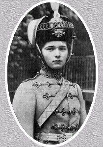 Les derniers Romanov - Olga Romanov - En 1913, selon la coutume, la Grande-duchesse Olga reçut le titre honorifique de colonelle en chef honoraire du régiment du 3e hussard Elisabethgradsky. C'est également à cette même période que des projets de mariage virent le jour. En tant que fille aînée du tsar, elle était en effet un des partis les plus intéressants d'Europe. On évoqua tout d'abord des fiançailles entre Olga et le Grand-Duc Dimitri, mais il ne sortit rien de ce projet. Puis on pensa…
