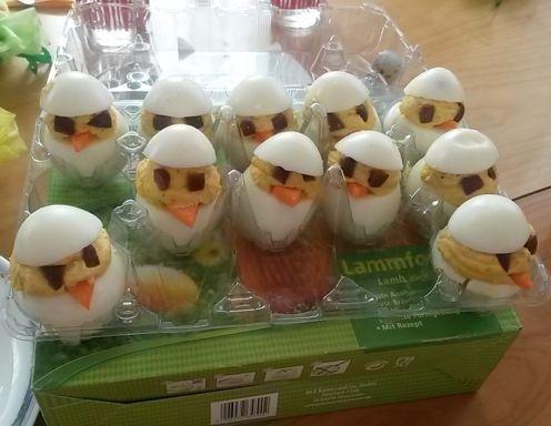 Für gefüllte Eier-Küken zunächst die Eier ca. 10 Minuten lang hart kochen (oder übrig gebliebene Ostereier verwenden). In der Zwischenzeit die