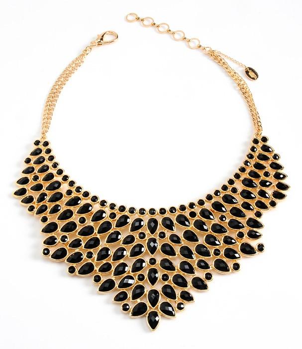 <3 Collier plastron plaqué or avec perles noires, Amritasingh, 187 €.
