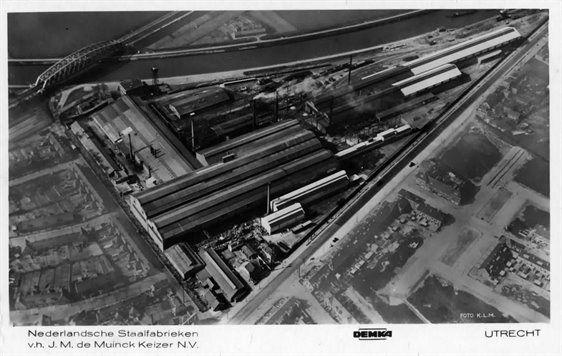 Luchtfoto van de Kantoor en Fabriek N.V. Staalfabrieken DEMKA voorheen J.M. de Muinck Keizer (Havenweg 7) te Zuilen met op de achtergrond het Amsterdam-Rijnkanaal en op de voorgrond de Amsterdamsestraatweg. ca 1935