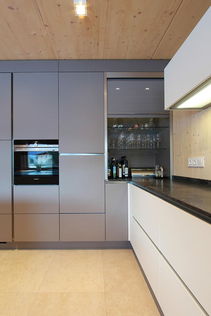 Rolloschrank aus Glas passend zur Farbe der Küchenfront – Martin Geiß