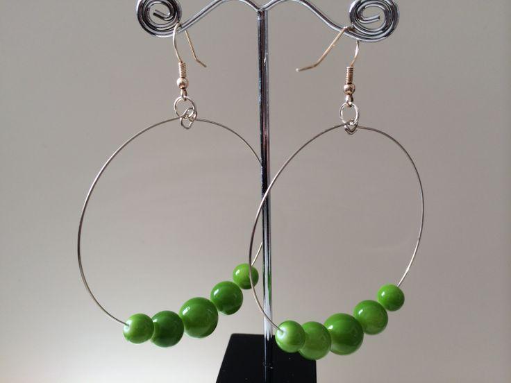 Oorbellen met grote ringen met appelgroene glaskralen