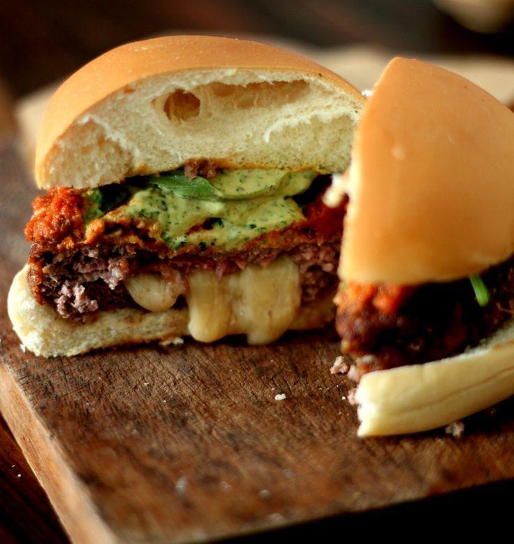 Hambúrguer recheado com muçarela, empanado e frito. Servido com maionese de manjericão e molho pomodoro.