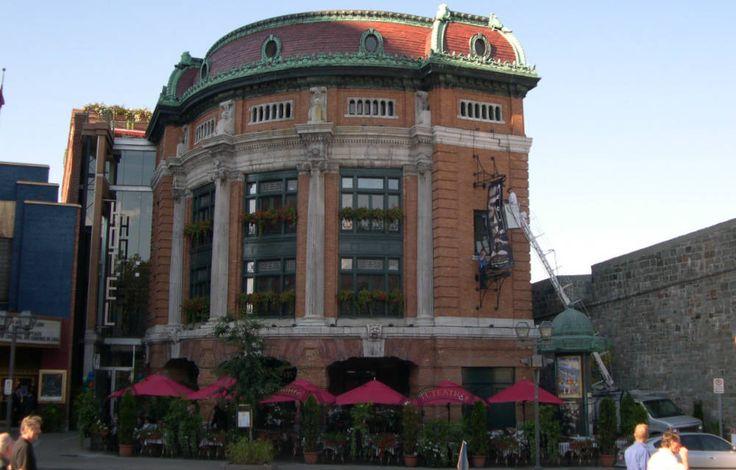 Le théâtre Capitole est un lieu de spectacle construit en 1902 et 1903. Il est le plus ancien théâtre de la capitale qui subsiste encore. Il est situé en face de la place D'Youville, sur un terrain étroit adjacent à la porte et au bastion Saint-Jean dans le site patrimonial du Vieux-Québec. Ce bâtiment, dont la salle de spectacle compte 1 600 places, est un témoin important de la vie culturelle de la ville Québec. Photo : Christian Lemire, 2006 © Ministère de la Culture et des Communications