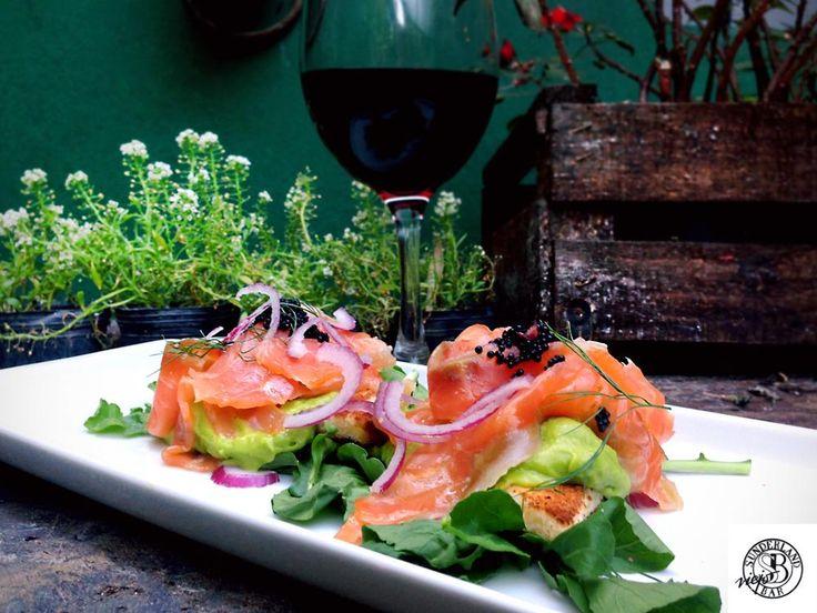 Tostas de avocado, salmón curado, cebolla morada y caviar.