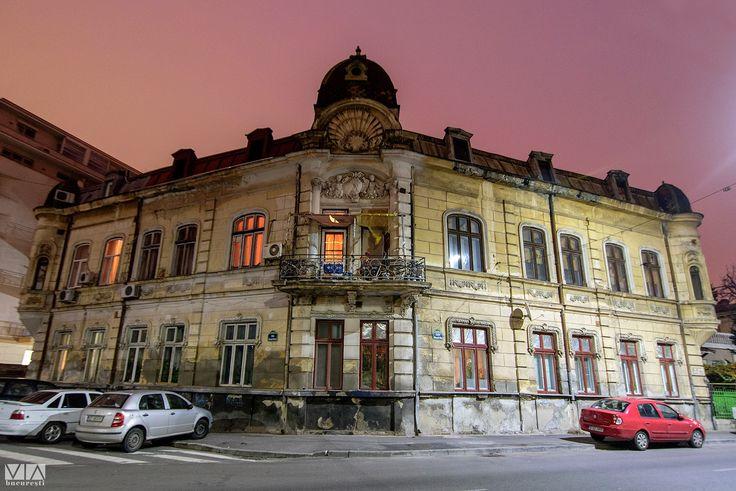 Clădire superbă situată la intersecția dintre strada Episcop Chesarie și strada Mitropolit Nifon.
