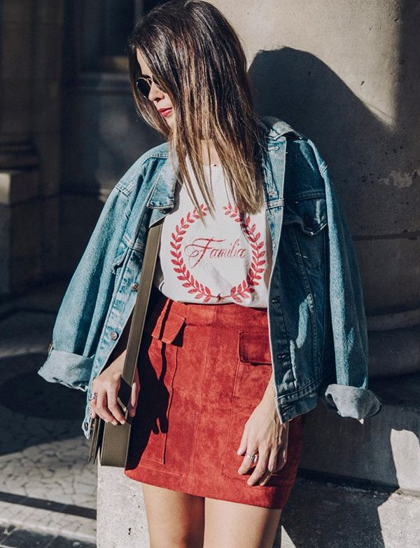 Lorsque le temps le permet, on pense à mixer une jupe en daim avec un tee-shirt fantaisie (blog Collage Vintage)