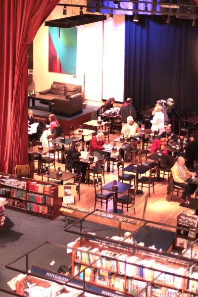 """Buenos Aires, Libreria """"El Ateneo"""" ex teatro-cinema Grand Splendid. riceve circa 3000 visitatori al giorno ed è la più grande del Sud America.    Il locale si estende per oltre 2000 m2 e contiene più di 200.000 libri  di ogni genere, sviluppandosi su quattro piani di esposizione e vendita.  E' presente anche una vasta gamma di musica e film, con un catalogo disponibile di 25.000 CD e 10.000 DVD."""