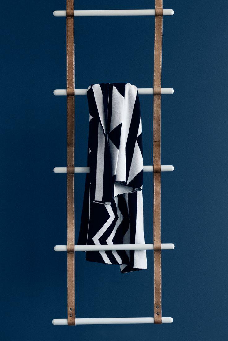 Brug denne læderstige fra Ferm Living til dekoration i dit soveværelse til tøj eller tæpper, i badeværelset til håndklæder, eller endda i gangen til tørklæder og trøjer. Stigen er lavet med læderbælter og  pulverlakeret metal.