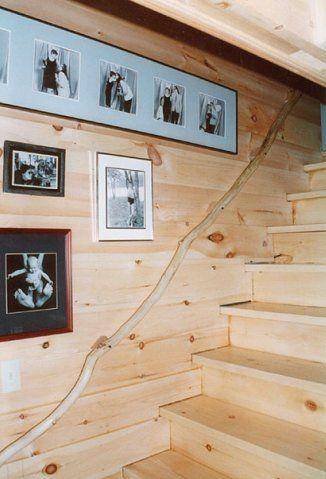 Для оформления интерьеров загородного дома часто используют картины с натюрмортами, пейзажами, мотивами сельской загородной жизни, охотничьи трофеи, резные деревянные украшения. Такое разнообразие зрительных образов украшает интерьер, делает его оригинальным и запоминающимся
