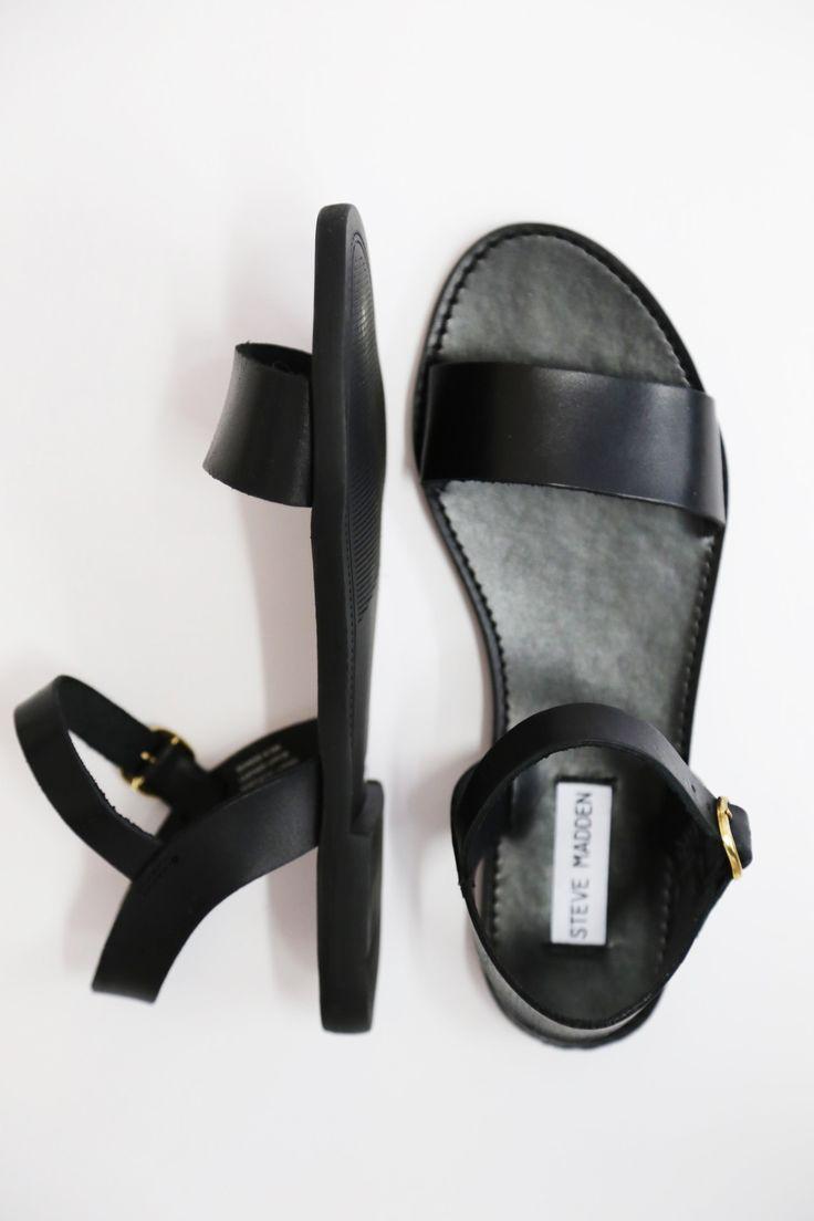 sandales noires plates - juste une bande et un truc pour la cheville - vont avec everything