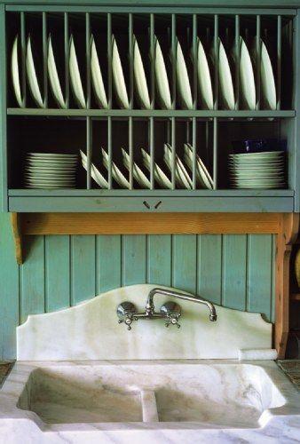 Εικόνα αυθεντικού εξοχικού σπιτιού στην κουζίνα. Η ανοιχτή πιατοθήκη και ο μαρμάρινος νεροχύτης συνδυάστηκαν αρμονικά.