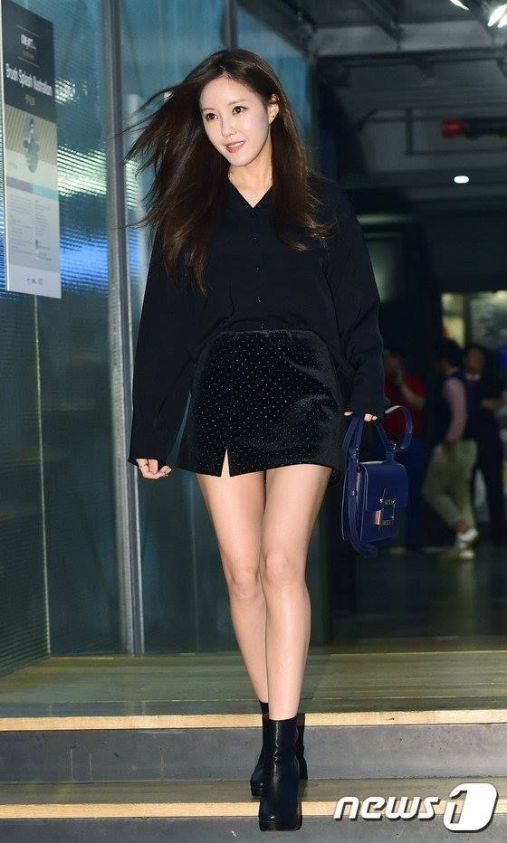 Black Plain Polo with Black Boots Airport Fashion of T-ara Hyomin