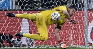 Sergio Romero detuvo los disparos de Ron Vlaar y Weasley Sneijder. July 10, 2014.