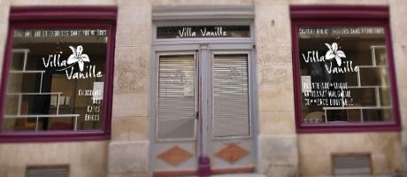 Notre studio graphique a pris en charge la création du logo de l'épicerie Villa Vanille. Ce logo a ensuite été reproduit sur un vinyle adhésif pour vitrine et nous avons décliné ce graphisme sur des flyers, des affiches grands formats et des stop-trottoirs.