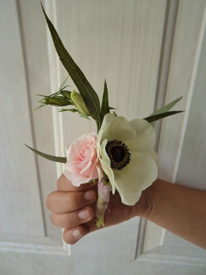 CBB197 Weddings Riviera Maya White anemona with light pink mini rose boutonniere / bout de muni rosa rosa y anemona blanca