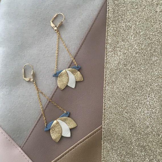 Boucles d'oreilles nénuphar en cuir doré et bleu élégantes et féminines tendance bohème chic