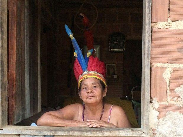 Dejanira Krenak, de 66 anos, pertence à aldeia Krenak. Idosos da comunidade indígena choram ao ver a tragédia que atingiu o Rio Doce (Foto: Flávia Mantovani/G1)