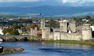 Kiehtova Irlannin Kiertomatka 21. -25.4.2017 Tällä matkalla näet huikeita maisemia, vanhoja linnoja, koet elämyksiä. Todellista Irlantia nähdäkseen on hyvä poiketa maaseudulla ja tutustua pieniin ja idyllisiin Irlantilaiskyliin sekä paikallisiin ihmisiin. Lähde mukaan kiertomatkalle, jolla kuulet tämän vihreän , ihmeellisen saaren pitkästä ja vaiherikkaasta ja mielenkiintoisesta historiasta, nykypäivää unohtamatta.