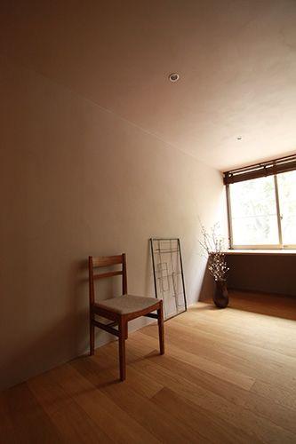 <p>天井も壁も同じ塗料でペイント。壁と天井の境目に回り縁を付けていないのが、籠り感演出と圧迫感払拭を両立するポイント。</p>