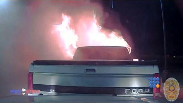 WebBuzz du 16/02/2017: Un officier de police sauve un restaurant des flammes-Police Officer Save Restaurant From Burning Car  Il existe des policiers qui ont le sens du devoir...   http://noemiconcept.com/index.php/en/departement-informatique/webbuzz-tech-info/207673-webbuzz-du-16-02-2017-un-officier-de-police-sauve-un-restaurant-des-flammes-police-officer-save-restaurant-from-burning-car.html#video