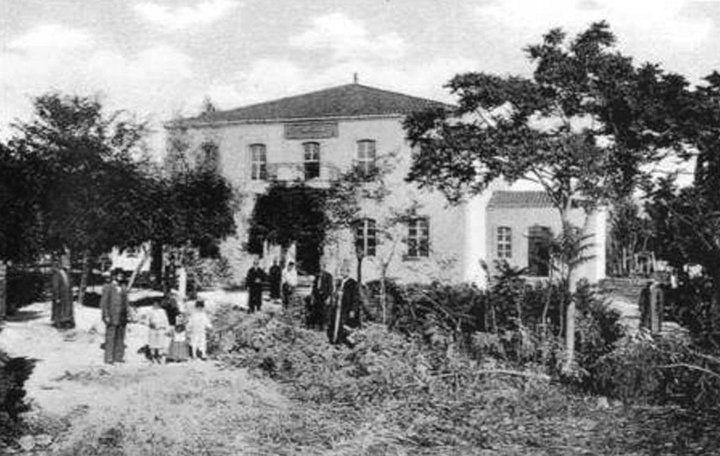Χανιά-Το οικοδόμημα του τεκέ των Μεβλεβήδων υπάρχει ακέραιο και σήμερα, (οδός Αποκορώνου), στεγάζει το Κέντρο Παιδικής Μέριμνας.