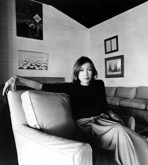Joan Didion, escritora estadounidense. Didion comenzó a escribir textos a la temprana edad de cinco años, pese a que ella afirma que nunca se vio como escritora hasta que se editaron sus obras.