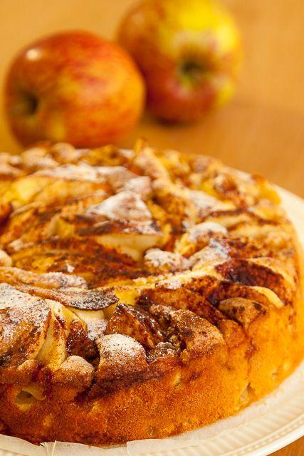 Ingrediënten: - 5 à 6 appels zoet of zuur - sap van 1½ citroen - 4 eieren, gesplitst - 150 g fijne kristalsuiker - 140 g bloem - 2 el gesmolten boter - 1 tl kaneel, voor de bovenkant Bereiden: 1. Snij