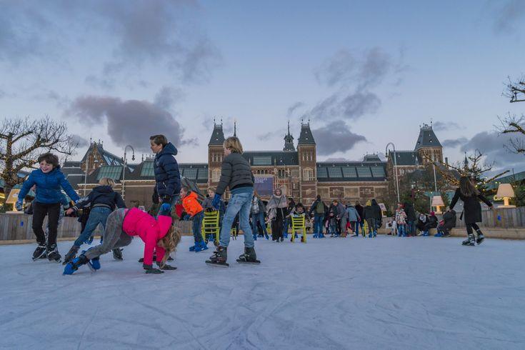 Van de Nederlandse kinderen beschrijft 95 procent zichzelf als gelukkig. Een rapport van Unicef uit 2013 liet zien dat Nederlandse kinderen wereldwijd het gelukkigst zijn. Ook andere onderzoeken benadrukken de voordelen van opgroeien in Nederland. Het Unicefrapport was een vervolg van een onderzoek gedaan in 2007 waarin Nederland aangewezen werd als het ultieme voorbeeld van welvaart onder de jeugd. Twee Amerikaanse moeders die in Nederland wonen, schreven een boek getiteld The Happiest Kids…