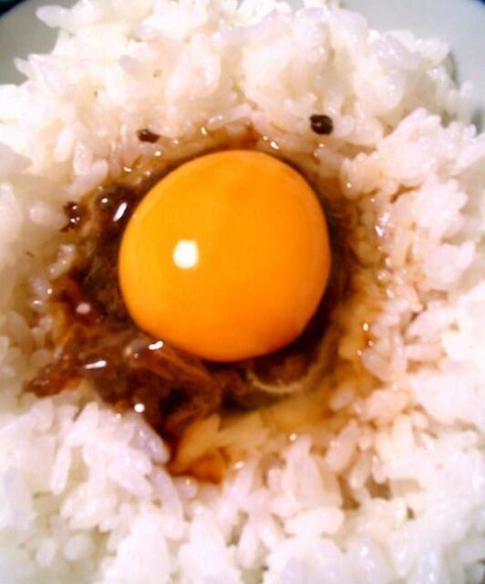 白いご飯に千屋牛の有馬煮をのせて、おかやま烏骨鶏の卵をかけた最強の布陣。これはヤバい…(  ̄▽ ̄)。 - 9件のもぐもぐ - おかやま烏骨鶏の卵かけごはん by 日本だんらん協会