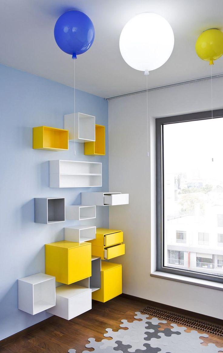 Strop dětského pokoje zdobí svítidla Memory od Brokis.       Interiér zdobí obrazy a další umělecké předměty, které jsou stejně jako koberce z majitelových sbírek a v návrhu s nimi bylo od začátku počítáno.