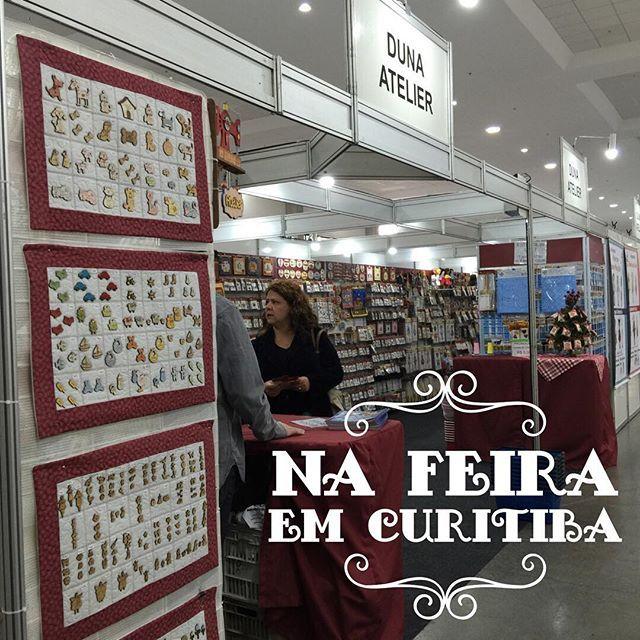 Estamos participando do 5º Quilt & Craft Show Curitiba. De 2-5/setembro aqui na Expo Unimed ao lado do Teatro Positivo. Venha até sábado nos visitar! LANÇAMENTO da coleção de Natal Cenários HD Botões Réguas Gabaritos Estêncil Projetos e muito mais!  #Patchwork #Quilt #Feira #Curitiba #Projetos #CenárioHD #Natal #DunaAtelier #Costura #euamopatchwork #amocosturar #ComeçardoZero #Duna #Artesanato