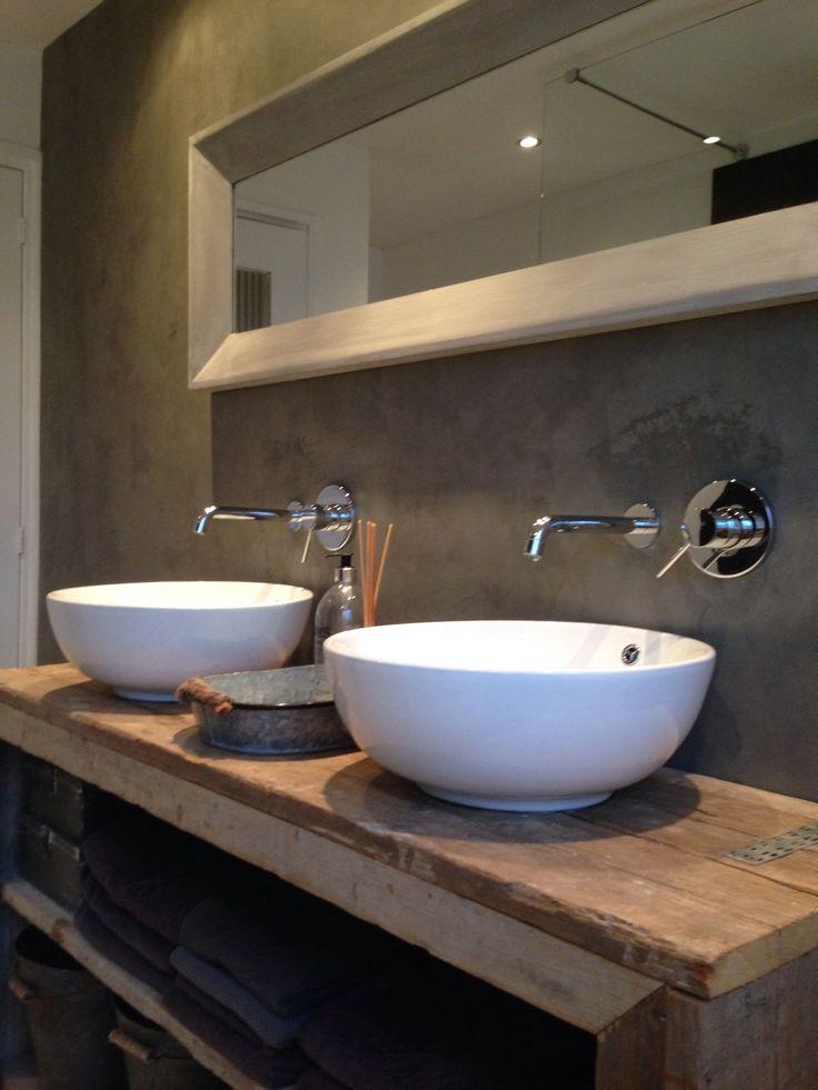 Les robinets modernes combine avec le bois ancien